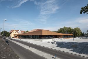Die Ansicht wird vom Material des Dachs und der Fassade geprägt