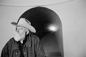 1943 in Los Angeles geboren, begeisterte Turrell sich schon früh für das Fliegen. Heute bezeichnet er den Himmel als sein Atelier, sein Material, seine Leinwand. In den 1960er-Jahren von Minimal Art und Land Art geprägt, nutzt er unterschiedliche Techniken, die dem immateriellen Licht eine physische Präsenz verleihen. James Turrell, Roden Crater Arizona