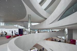 Merck Innovation Center, Darmstadt Bauherr: HVZ GmbH & Co. Objekt KG Architekt: HENN Das Merck Innovation Center bietet durch sein neues Raumgefüge größtmögliche Flexibilität in der Vernetzung verschiedener Arbeitsbereiche. Die Jury lobt es als spannenden Beitrag zur Vision einer innovativen und nachhaltigen Arbeitswelt.