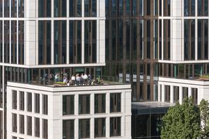 Die intensiv begrünten Terrassen auf den Dächern der Vorbauten suchen den Dialog mit der baumreichen Taunusanlage
