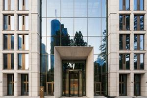 Offenheit, Transparenz und Kommunikation prägen heute die Taunusanlage 8 und zeichnen die eindrucksvolle, rund 17 Meter hohe gläserne Lobby aus
