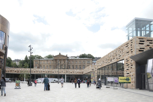 """Links Primark, geradeaus Bahnhof mit Mall, rechts ehemalige Bundesbahndirektion über Einzelhandel. Blick von der sogenannten """"Geschäftsbrücke"""""""