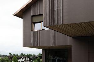 Die Technologie der eingelegten Kapillarrohrmatten in Faserbetonplatten ist als Pionierprojekt erstmals in einem Wohnhaus und in der vorgelagerten Begrenzungsmauer verwendet worden