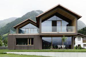 Erst beim näheren Hinsehen erkennt man den Materialwechsel zwischen Kupferdach, Fassadenplatten und den Untersichten aus Lärchenholzschalung