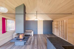 Der Innenraum steht in der Materialwahl im Kontrast zur Fassade