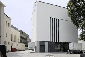 Links das Theater, rechts die neuen Probebühnen mit Werkstätten (Ostansicht)