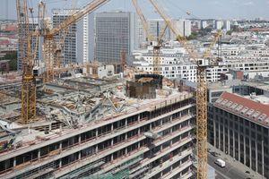 """Blick aus dem """"Journalisten Club"""" im Altbau auf Stahlkonstruktion und Aufzugsrotunde auf dem Dach des Neubaus"""