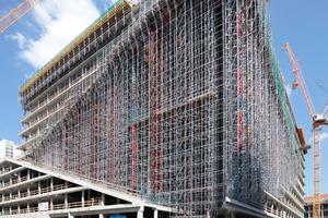 Weit aufgerissen: die Südwestecke des Neubaus, jetzt noch mit Gerüsten vollgestellt