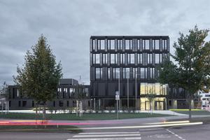 <p>Die Verwendung von Photovoltaik der neuen Generation schafft für das Gebäude eine Symbiose aus technologischem Fortschritt und Design. Dass dabei die Gebäudehülle einen großen Beitrag leistet, um Teile des im Gebäude verbrauchten Strombedarfs zu decken, ist nicht nur wünschenswert, sondern für die Zukunft auch wegweisend. </p><p>DBZ Heftpate Rudi Scheuermann</p>