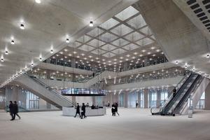 Oben: Die thermische Hülle des Atriums bildet ein Glasdach aus Isolierverglasung, durch das Tageslicht in das Atrium gelangt