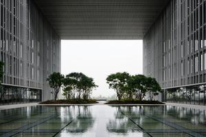 Die großen, sechsgeschossigen Gebäudeeinschnitte wurden durch Brückenkonstruktionen aus Stahl ermöglicht. Dort befinden sich dann Wasserbecken und Bäume<br />
