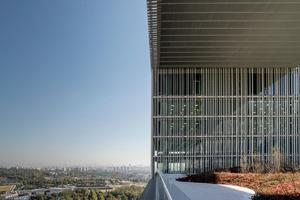 <p>Die Gestaltung der Gebäudehülle zu nutzen, um maximale Tageslichtnutzung und effektive außenliegende Verschattung in Einklang zu bringen, ist eine große Errungenschaft. Darüber hinaus die Gebäudehülle auch noch in gestalterisch kulturellem Kontext zu platzieren, ist Ausdruck von guter Architektur. </p><p>DBZ Heftpate Rudi Scheuermann</p>