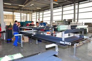 Abb.4: Manueller Zusammenbau eines komplexen Fassadenmoduls in der Werkstatt