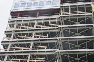 Für den Brandschutz wurde die tragende Stahlkonstruktion des Hochhauses mit Mineralwolle verkleidet. Die Fassadenstützen der alten Fassade wurden entfernt, weil die neue aus geschosshohen Aluminium-Sandwichpaneelen besteht