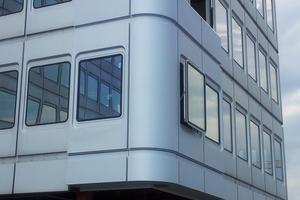 Bemusterung: Musterfassade mit dem Parallelaufstellfenster im Vergleich mit Bestandsfassade (links und rechts im Bild). Die Parallelaufstellfenster sind steuerbar und dienen zur natürlichen Entrauchung