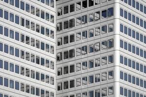 <p>Die Ertüchtigung von Bestandsgebäuden ist deutlich nachhaltiger als Abriss und Neubau. Dass hierbei eine Fassade entstanden ist, bei der die natürliche Lüftung im Hochhaus möglich wird und dadurch ein freier Lüftungsanteil entsteht, stellt eine große energetische Verbesserung dar und trägt erheblich zur Nutzerzufriedenheit bei. </p><p>DBZ Heftpate Rudi Scheuermann</p>