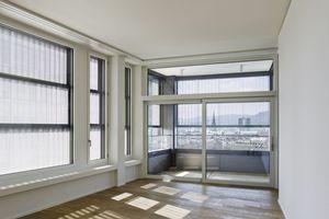 Die drei Verschattungselemente je Fenster bestehen aus einem Aluminiumprofilrahmen mit einer Füllung aus fein perforiertem, gewelltem Aluminiumblech