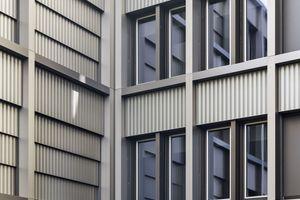 Die starke Tektonik der Fassade mit einer Bautiefe von bis zu 900mm, was eine aufwändige Entwässerungsplanung nötig machte