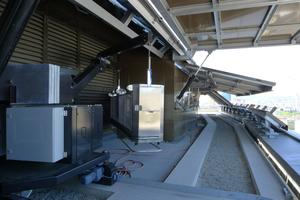 Die Schrägflächen des Dachaufbaus sind mit Aluminiumblechen verkleidet und bestehen aus beweglichen Elementen, die mit einem Linearantrieb aufschwenken und einen Umlauf für eine Befahranlage freigeben