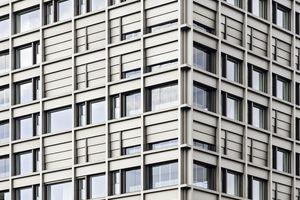 <p>Um unnötigen Kühlbedarf zu reduzieren, ist die außenliegende Beschattung bei höheren Gebäuden für die Reduktion von solaren Wärmegewinnen von erheblicher Bedeutung. Wenn aber Gebäude immer höher werden, ist es wichtig, dass innovativer außenliegender Sonnenschutz auch bei höheren Windgeschwindigkeiten Stand hält, um die Beschattung zu gewährleisten. </p><p>DBZ Heftpate Rudi Scheuermann</p>
