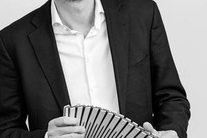 """Autor  Dr.-Ing. Jan Wurm leitet bei Arup den Bereich Forschung & Innovation in Europa. Nach Ausbildung zum Tischler und Studium der Architektur an der RWTH Aachen arbeitete er als Projektleiter für Materials Consulting und Facade Engineering bei Arup in London. Im Jahr 2008 wechselte er ins Büro Berlin, um auf dem deutschen Markt den Bereich Materials Consulting und später den Bereich Forschung & Innovation aufzubauen. Zu seinen Produkt- und Systementwicklungen zählen die preisgekrönten Fassadensysteme SolarLeaf und BioBuild.  Informationen: <a href=""""http://www.arup.com"""" target=""""_blank"""">www.arup.com</a>"""