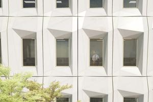 Abb. 12: Visualisierung einer Bürofassade mit dem BioBuild Elementfassadensystem: durch den facettierten Überhang ergibt sich eine Selbstverschattung des Paneels im Bereich der Verglasung, © GXN