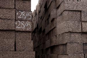 Abb. 5: Blöcke von expandiertem Kork, auf dem Firmengelände der Amorim Cork Composites,  Portugal