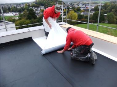 Aufbringen der selbstklebenden EPDM-Dachbahn