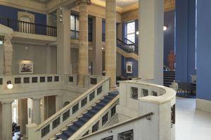 Zu den Restaurierungsarbeiten im Innenbereich zählte auchdie Kunststeinrestaurierung und -reinigung im Bereich der Treppen und der Sockel