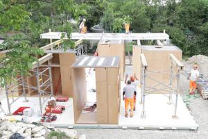 Der Bauherr möchte das Projekt langfristig an einem anderen Standort wiederaufbauen lassen. Voraussetzung für das schnelle Abbauen und Aufstellen ist ein leichter und effizienter Transport der Gebäudeteile