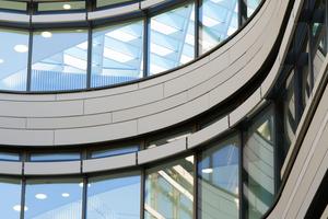 Für die konkave und konvexe Krümmung der Gebäudehülle wurden die MOEDING Fassadenplatten in zehn verschiedenen Radien von 1500 bis 7500 mm individuell angefertigt
