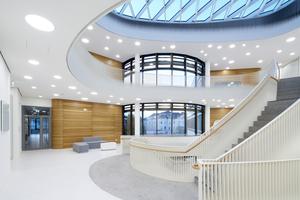 Für den fachübergreifenden Austausch stehen neben Büros und Laboren auch Kommunikationsflächen wie etwa gemeinsame Besprechungsräume und große Galerieöffnungen zur Verfügung