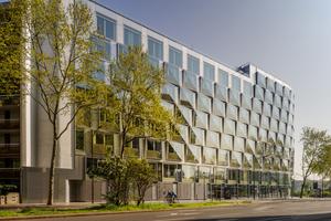 Die unterschiedlichen Spiegelungen, aber auch die Dreidimensionalität, verleihen der Fassade ein lebendiges Erscheinungsbild