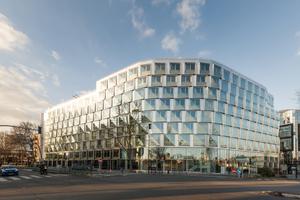 Das 1993 errichtete Quai Ouest erhielt im vergangenen Jahr eine Fassade aus 188 Elementen mit diagonal gebogenen Scheiben
