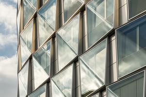 In den transparenten Flächen sollen sich sowohl der Himmel als auch die Umgebung spiegeln. Als beste Lösung, um dies zu erreichen, stellte sich das diagonal gebogene Glas heraus