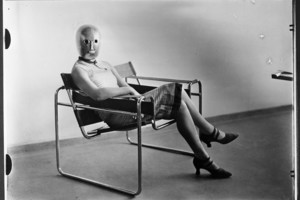 Sitzende mit Bühnenmaske von Oskar Schlemmer im Stahlrohrsessel von Marcel Breuer, um 1926