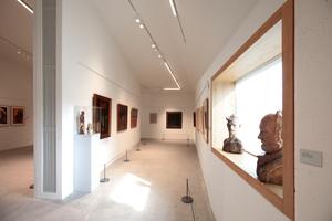 Das kleine Fenster in der Südseite des Neubaus wirkt innen ganz schön mächtig. Dass man hier skulpturale Arbeiten wie im Wohnzimmer zuhause abstellt, erscheint zumindest ungewöhnlich, die Lichtfelder auf dem Boden oder, bei tieferstehender Sonne auf der Ausstellungswand sind definitiv störend