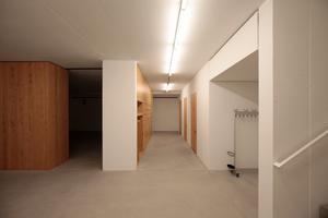 Im Untergeschoss die Garderoben, WC und ein Vorführraum, sowie weitere, dienende Räume