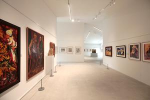 Der durch tragende Innenwände gegliederte Ausstellungsraum könnte schlicht und einfach gut sein mit seiner Kunst ganz alleine