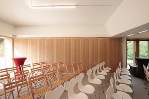 Der mit dem Foyer/Café/Shop verbundene, über eine bewegliche Wand aber abtrennbare Raum für die Kunstpädagogik