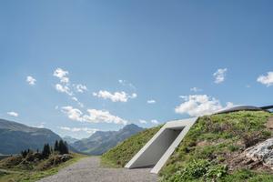 Ein Wanderweg führt am Eingang zum Skyspace-Lech vorbei