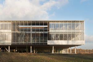 Patios auf der Westseite des Gebäudes sind durch vertikal ausgerichtete Glaslamellen geschützt, die bei flacheren Sonneneinstrahlwinkeln eine bessere Wirkung haben als die horizontalen an Nord- und Südseite