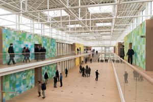 Das Atrium erstreckt sich durch das ganze Gebäude und bietet auf seiner Länge von 83m Platz für informelle Besprechungen, externe Events etc.