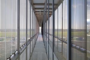 An Ost- und Westfassde sind die beweglichen Lamellen senkrecht angeordnet, um flach einfallendes Sonnenlicht von den Büroräumen abzuhalten. 84% der Arbeitsplätze sind in einem Abstand von weniger als 4m zur Fassade angeordnet