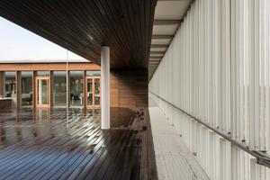 Blick in einen Patio, dessen Fassade und Fußboden aus Bambus besteht