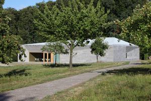 Ein Findling auf der Obstgartenwiese: der Museumsneubau (hinten links unsichtbar der Bestand)