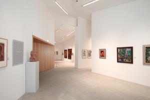 Der große Ausstellungsraum ist von tragenden Wänden in vier Einheiten sinnvoll gegliedert
