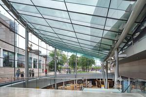 Wo zuvor ein 800 m² großes Wasserbassin war, befindet sich heute der verglaste Zugangsbereich des Van Gogh Museums. Er bildet einen Kontrast zu dem weitgehend geschlossenen Bestandsgebäude