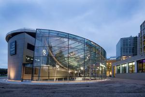 Das primäre Tragwerk über dem neuen Foyer besteht aus Stahl, die sekundäre Tragwerksstruktur aus Glas