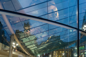 Die dreidimensionale Doppelkrümmung der Dachform ist die Negativkurve zum Dach des Bestandsgebäudes